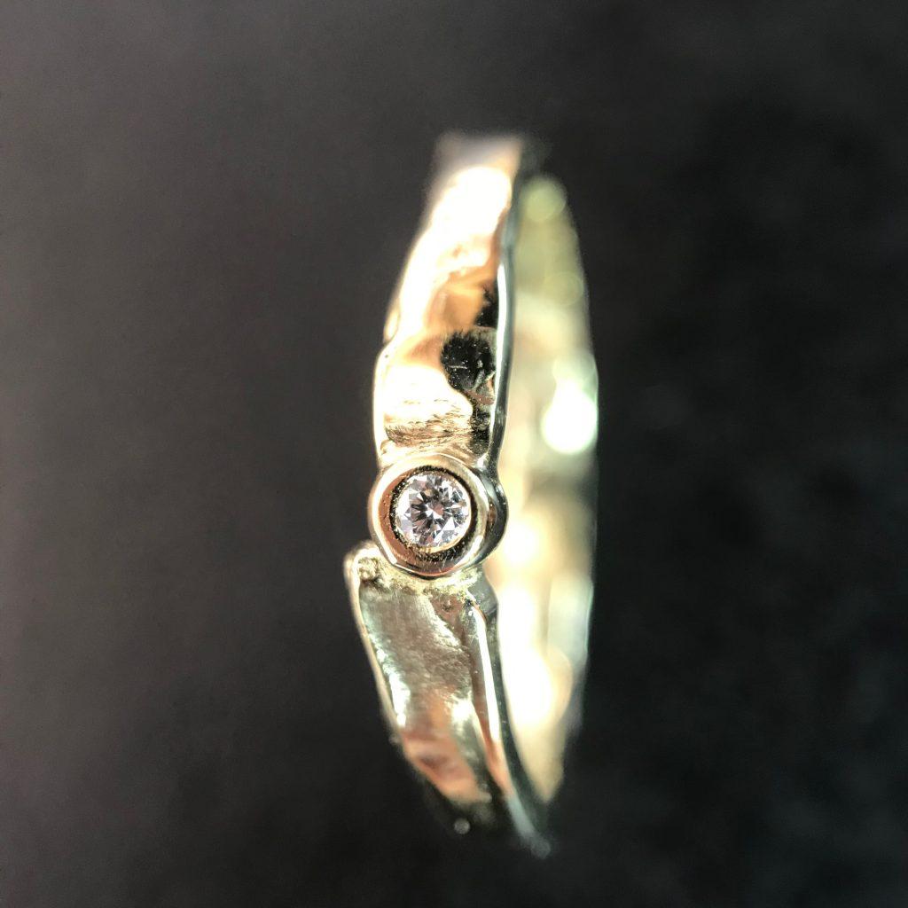 gouden ring met organische structuur
