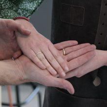 handen met zelfgesmede trouwringen