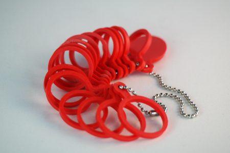 ringenbos met diverse rode ringen om je ringmaat te bepalen