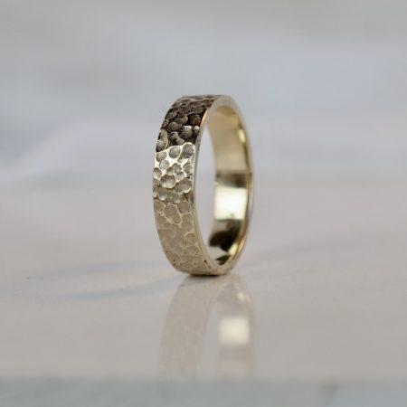 brede ring met kuiltjes van goud