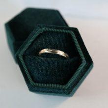 fijne ring met golvende structuur