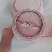 organische ring in roze doosje
